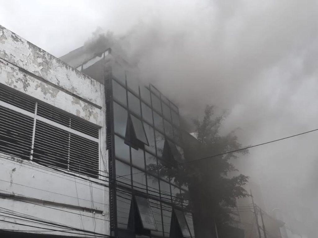 Kebakaran Ruko di Depan LTC Glodok Jakbar, 26 Mobil Damkar Dikerahkan