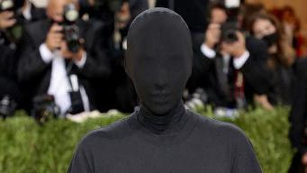 Kim Kardashian ke Met Gala Pakai APD, Tubuh Terbungkus Kain Hitam