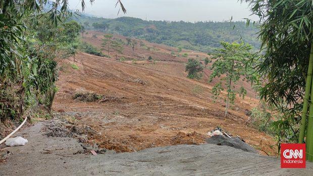 Sejumlah pekerja yang diduga dikerahkan oleh Subkontraktor PT Sentul City Tbk didapati mulai membuka lahan yang berada di Desa Bojong Koneng, Kabupaten Bogor, Jawa Barat.