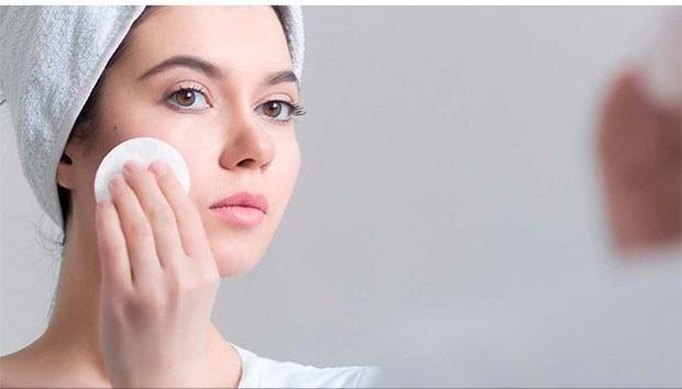 Berbagai bahan seperti tee trea dan charcoal bisa jadi pilihan utama dalam mengontrol sebum pada wajah.