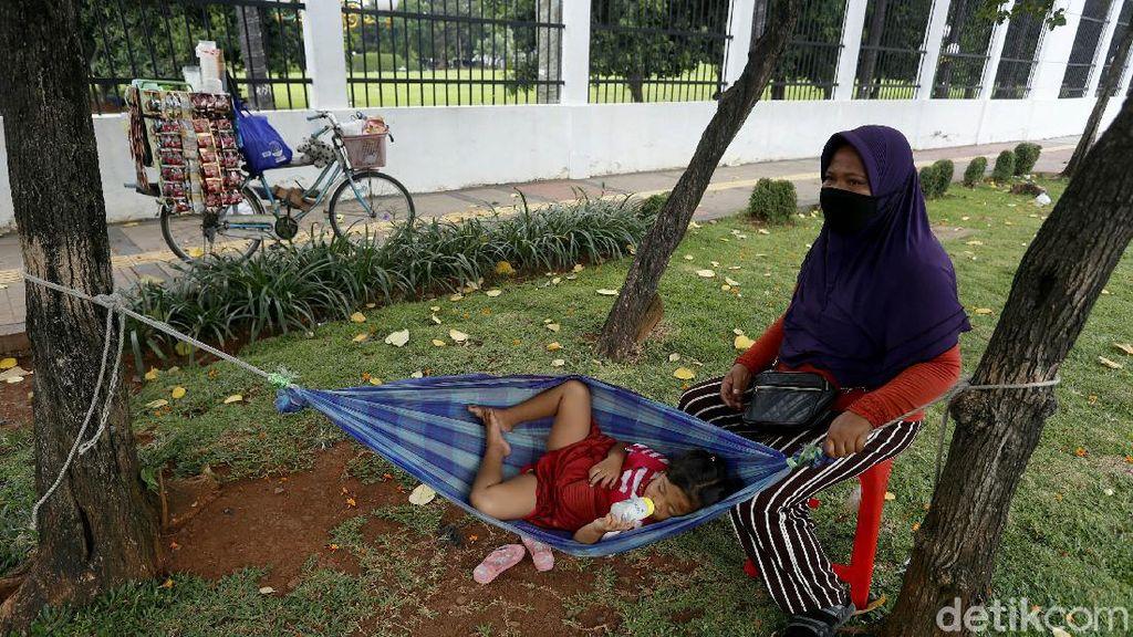 Tak Kenal Lelah Mencari Nafkah Sembari Asuk Anak di Jalanan Jakarta