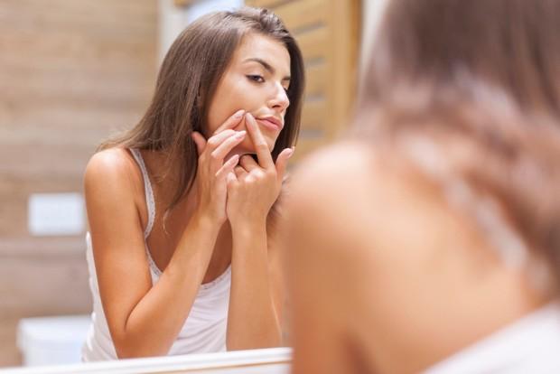 Pastikan masker wajah yang kamu gunakan mengandung bahan yang menenangkan sekaligus membersihkan kulit.