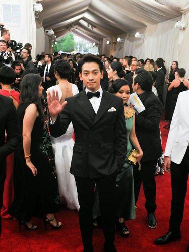 Penyanyi sekaligus aktor Rain yang tampil dalam Met Gala 2015