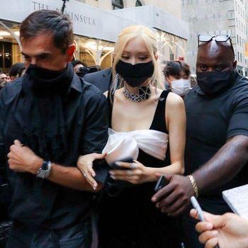 Debut Rose BLACKPINK di Met Gala Dalam Balutan Yves Saint Laurent