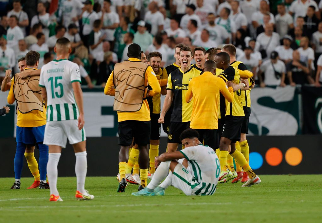 BUDAPEST, HUNGARY - AUGUST 24: Teammates of BSC Young Boys celebrate the victory after the UEFA Champions League Play-Offs Leg Two match between Ferencvarosi TC and BSC Young Boys at Ferencvaros Stadium on August 24, 2021 in Budapest, Hungary. (Photo by Laszlo Szirtesi/Getty Images)