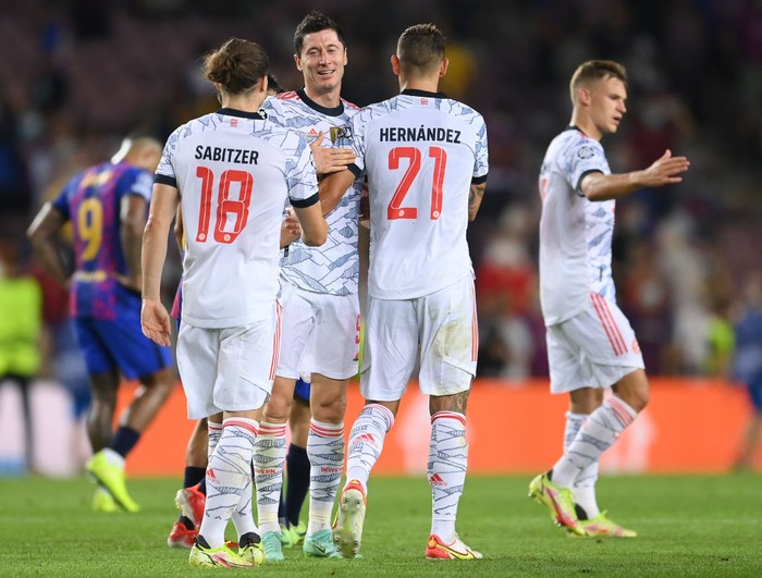 BARCELONA, SPAIN - SEPTEMBER 14: Robert Lewandowski, Lucas Hernandez and Marcel Sabitzer of Bayern Munich interact following the UEFA Champions League group E match between FC Barcelona and Bayern Muenchen at Camp Nou on September 14, 2021 in Barcelona, Spain. (Photo by David Ramos/Getty Images)