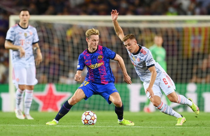 BARCELONA, SPAIN - SEPTEMBER 14: Frenkie de Jong of Barcelona is challenged by Joshua Kimmich of Bayern Munich during the UEFA Champions League group E match between FC Barcelona and Bayern Muenchen at Camp Nou on September 14, 2021 in Barcelona, Spain. (Photo by David Ramos/Getty Images)