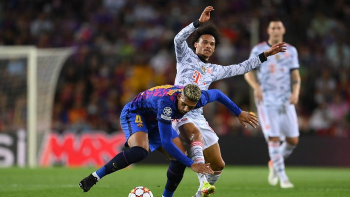 BARCELONA, SPAIN - SEPTEMBER 14: Ronald Araujo of Barcelona is challenged by Leroy Sane of Bayern Munich during the UEFA Champions League group E match between FC Barcelona and Bayern Muenchen at Camp Nou on September 14, 2021 in Barcelona, Spain. (Photo by David Ramos/Getty Images)