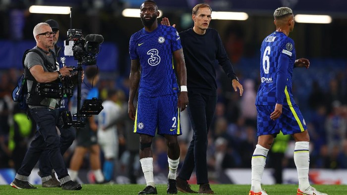 LONDON, ENGLAND - SEPTEMBER 14: Thomas Tuchel, Manager of Chelsea interacts with Antonio Ruediger of Chelsea following the UEFA Champions League group H match between Chelsea FC and Zenit St. Petersburg at Stamford Bridge on September 14, 2021 in London, England. (Photo by Clive Rose/Getty Images)