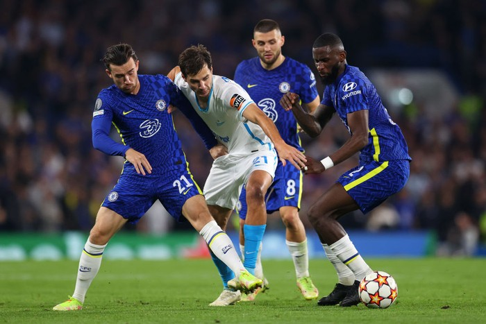 LONDON, ENGLAND - SEPTEMBER 14: Aleksandr Erokhin of Zenit St. Petersburg is challenged by Ben Chilwell and Antonio Rudiger of Chelsea during the UEFA Champions League group H match between Chelsea FC and Zenit St. Petersburg at Stamford Bridge on September 14, 2021 in London, England. (Photo by Catherine Ivill/Getty Images)