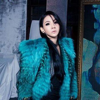 CL 2NE1 memakai jaket mewah dari rumah mode Balmain
