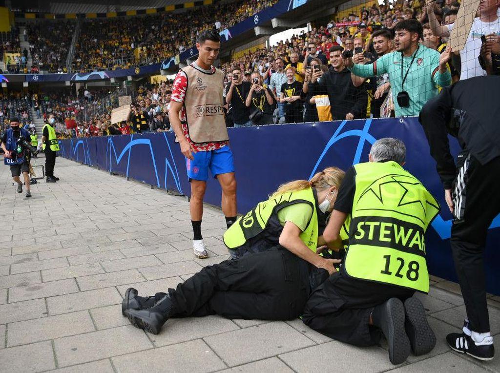 Ronaldo Care Banget, Lakukan 2 Hal Ini Usai Steward KO Kena Bola Nyasar