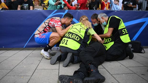 BERN, SWITZERLAND - SEPTEMBER 14: A security guard lies injured after a shot taken from Cristiano Ronaldo of Manchester United during the warm up makes contact with him during the UEFA Champions League group F match between BSC Young Boys and Manchester United at Stadion Wankdorf on September 14, 2021 in Bern, Switzerland. (Photo by Matthias Hangst/Getty Images)