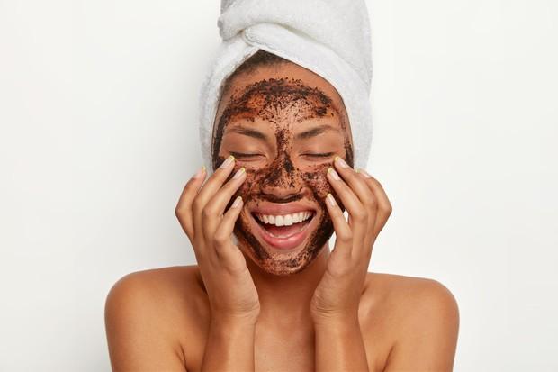Eksfoliasi wajah bisa membuat kulit menjadi glowing
