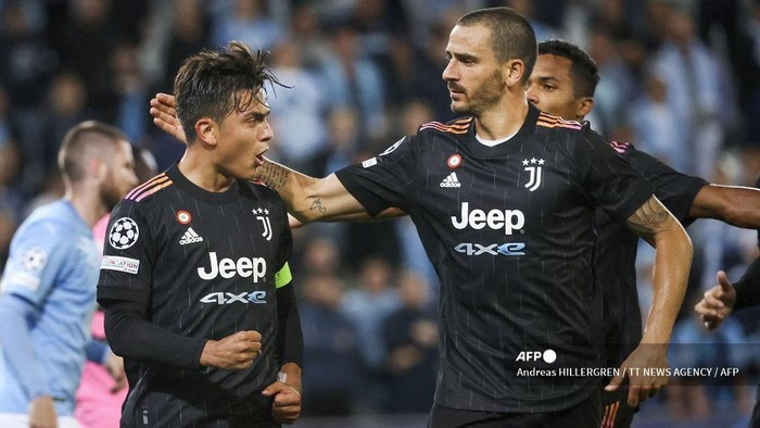 Juventus Argentinian forward Paulo Dybala (L) celebrates scoring the 0-2 goal from the penalty spot with his teammate Juventus Italian defender Leonardo Bonucci during the UEFA Champions League group H football match Malmo FF vs Juventus F.C. in Malmo, Sweden on September 14, 2021. (Photo by Andreas HILLERGREN / various sources / AFP) / Sweden OUT