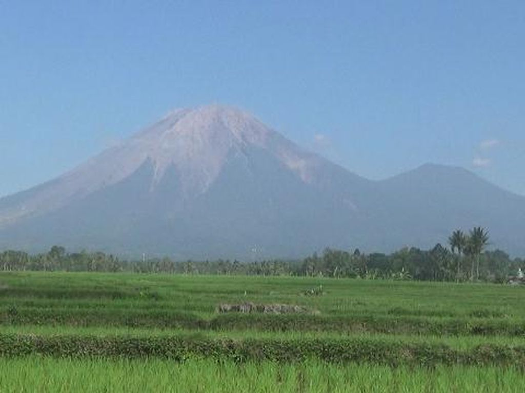 Gunung Semeru Kembali Muntahkan Guguran Lava Pijar Sebanyak 4 Kali