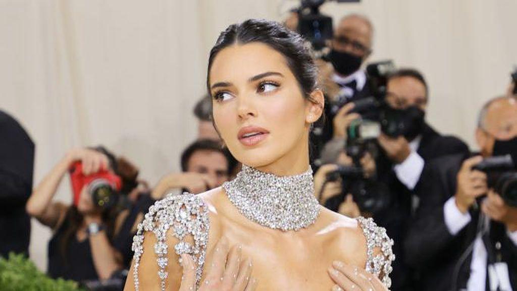 8 Momen Kendall Jenner Pakai Gaun Menerawang di Met Gala, Ada yang Jadi Meme