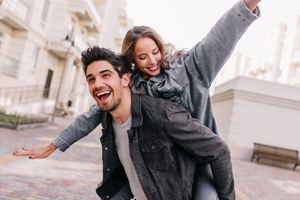 Keuntungan Miliki Pasangan Lebih Muda