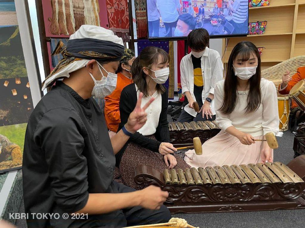 Keren! 26 Mahasiswa Jepang Ini Belajar Tari Jaipong dan Degung Jawa Barat