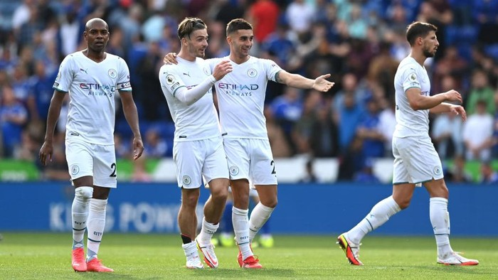 LEICESTER, ENGLAND - SEPTEMBER 11: Fernandinho, Jack Grealish and Ferran Torres of Manchester City celebrate their sides victory after the Premier League match between Leicester City and Manchester City at The King Power Stadium on September 11, 2021 in Leicester, England. (Photo by Shaun Botterill/Getty Images)