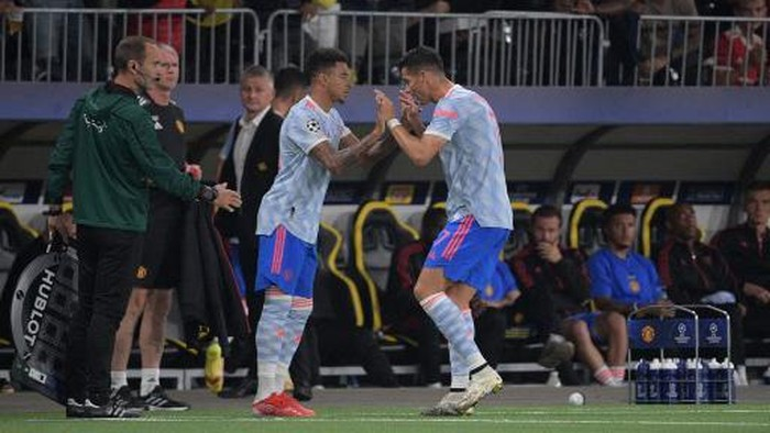 Manchester Uniteds English midfielder Jesse Lingard (L) substitutes Manchester Uniteds Portuguese striker Cristiano Ronaldo (R) during the UEFA Champions League Group F football match between Young Boys and Manchester United at Wankdorf stadium in Bern, on September 14, 2021. (Photo by SEBASTIEN BOZON / AFP)
