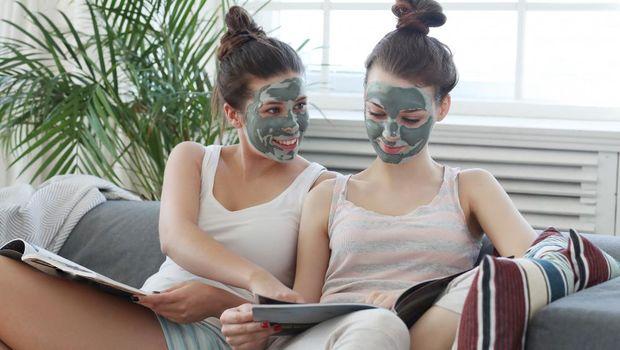 Terlalu lama menggunakan masker pada wajah dapat membuat kulit kering dan minyak alami pada wajah terserap oleh masker.