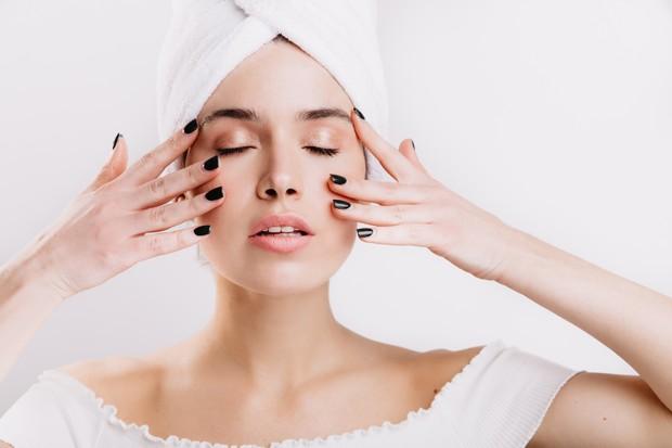 Memijat wajah bisa mengencangkan kulit