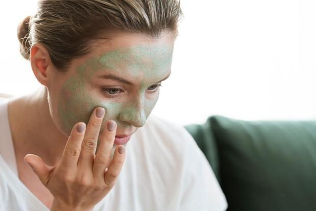 Wajah yang Kotor membuat masker yang kamu gunakan sia-sia.