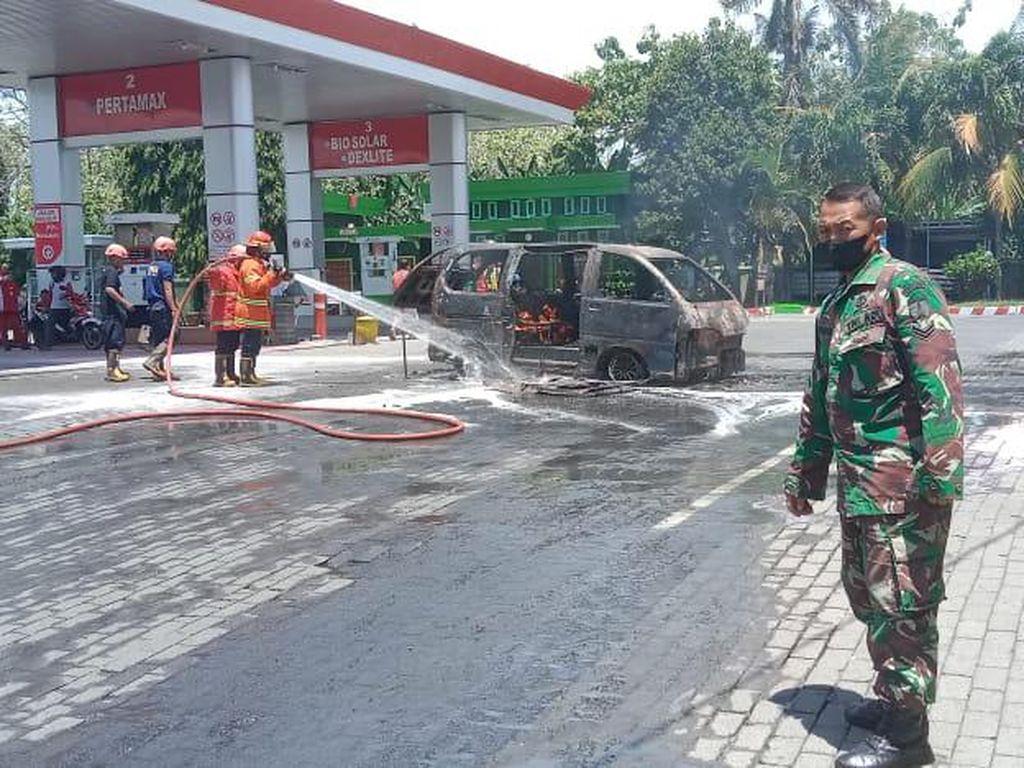 MPV Ludes Terbakar Saat Isi BBM di SPBU Nganjuk, Pasutri Selamat