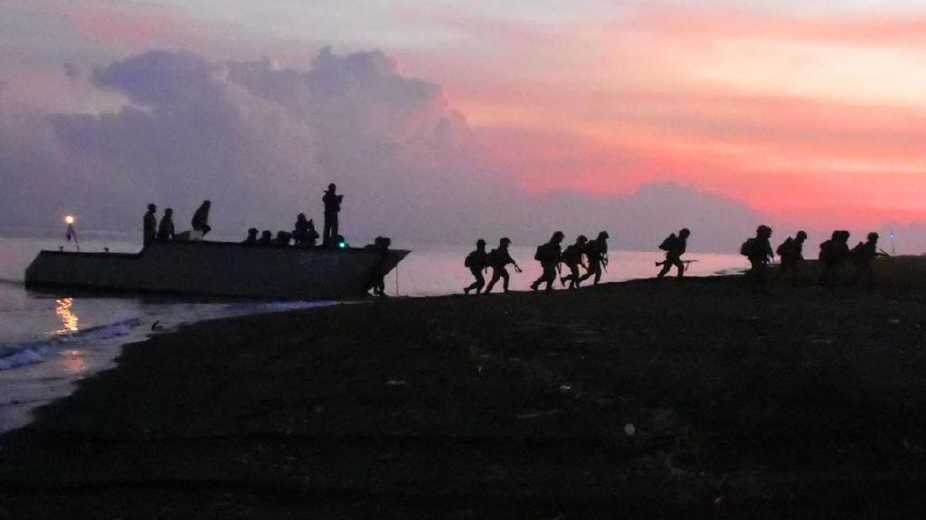 Prajurit Pasmar 2 Korps Marinir Laksanakan Pendaratan di Banongan