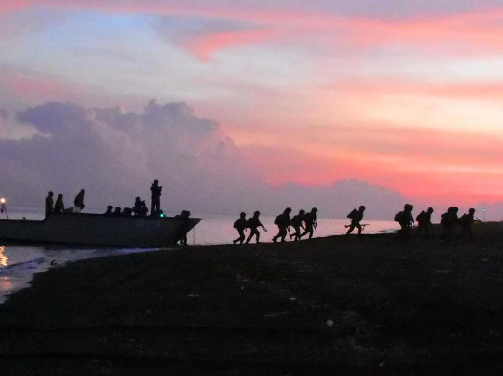 Prajurit Pasmar 2 Korps Marinir Pendaratan di Banongan Situbondo