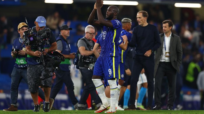 LONDON, ENGLAND - SEPTEMBER 14: Romelu Lukaku of Chelsea applauds fans after the UEFA Champions League group H match between Chelsea FC and Zenit St. Petersburg at Stamford Bridge on September 14, 2021 in London, England. (Photo by Clive Rose/Getty Images)