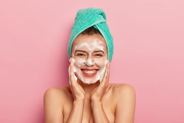 Rutin membersihkan wajah agar kulit tidak kusam