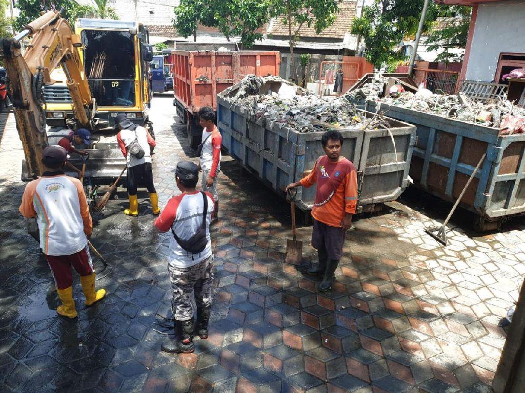 Bersih-bersih Setelah Surabaya Tergenang, Hasilnya Sampah 10 Truk