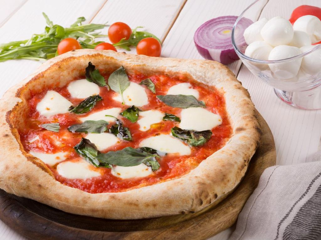 Di Iran, Wanita Makan Pizza hingga Minuman Merah di TV Harus Disensor
