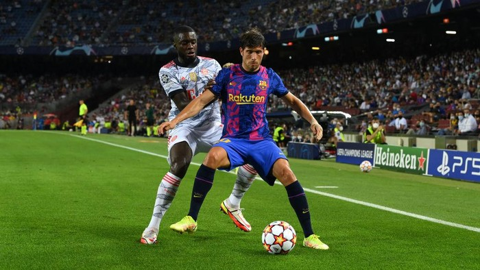 BARCELONA, SPAIN - SEPTEMBER 14: Sergi Roberto of Barcelona holds off Dayot Upamecano of Bayern Munich during the UEFA Champions League group E match between FC Barcelona and Bayern Muenchen at Camp Nou on September 14, 2021 in Barcelona, Spain. (Photo by David Ramos/Getty Images)