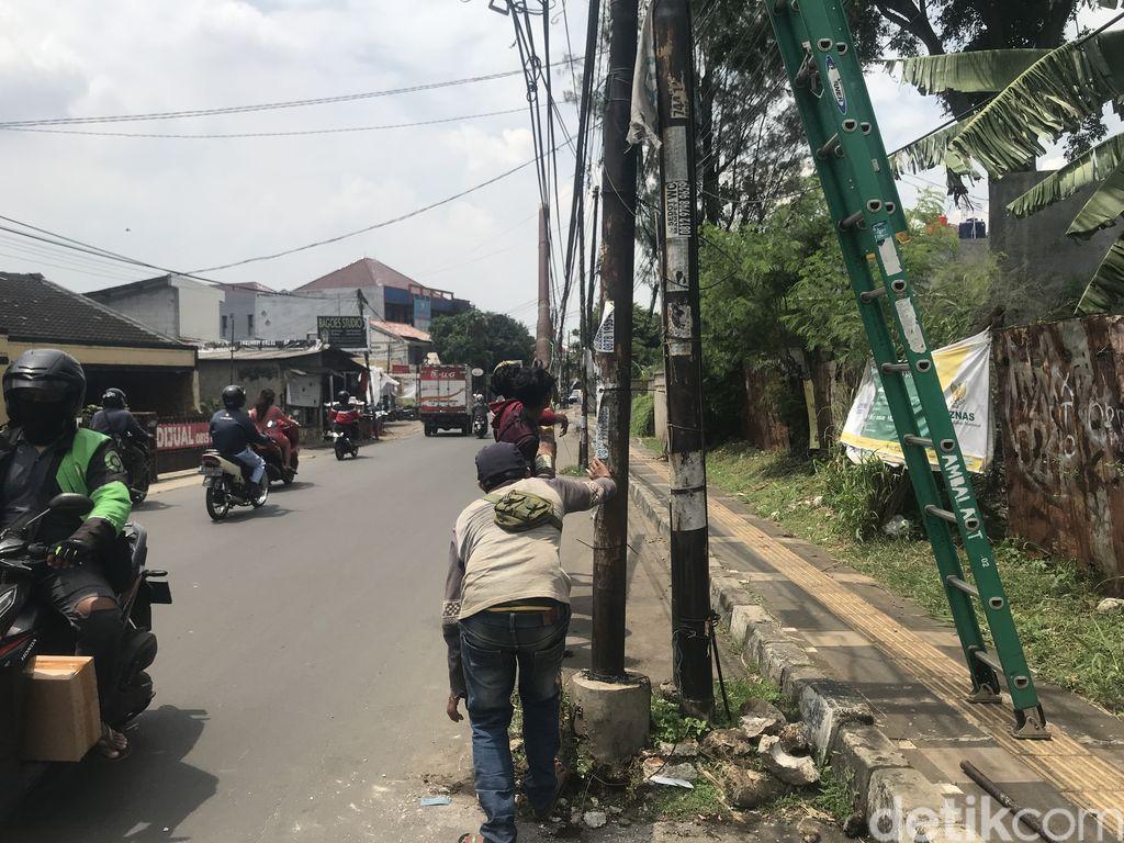 Tiang dicabut dan dipindahkan dari badan Jl WR Supratman, Ciputat Timur, Tangsel, 15 September 2021. (Faiz Iqbal Maulid/detikcom)