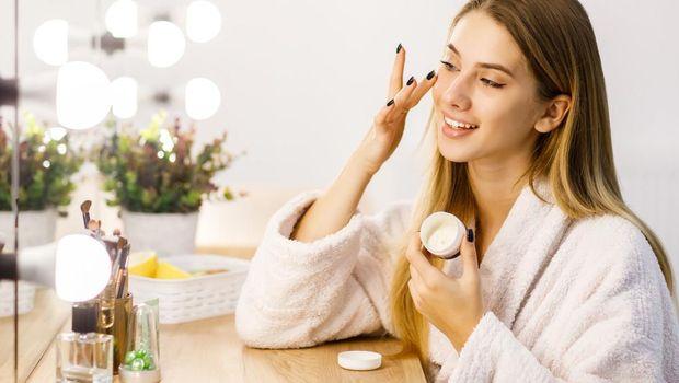 Meninggalkan perawatan lanjutan seperti moisturizer malah membuat kulitmu rentan bermasalah karena kering