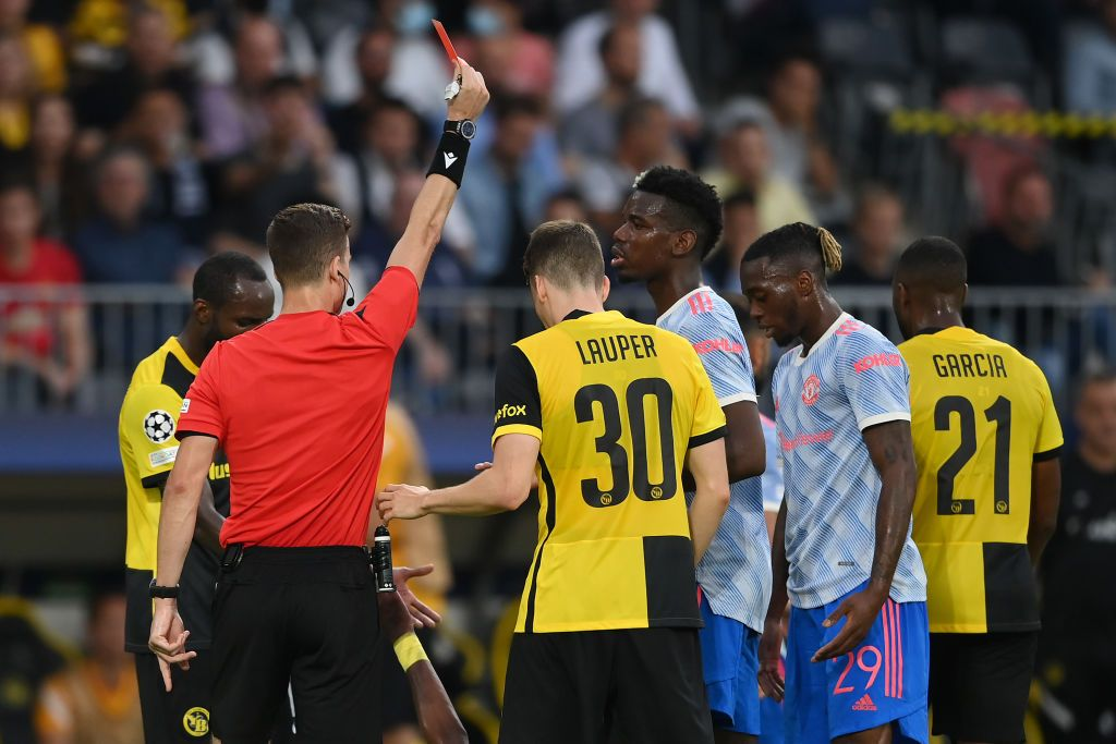 BERN, SWITZERLAND - SEPTEMBER 14: Referee Francois Letexier awards Aaron Wan-Bissaka of Manchester United a red card during the UEFA Champions League group F match between BSC Young Boys and Manchester United at Stadion Wankdorf on September 14, 2021 in Bern, Switzerland. (Photo by Matthias Hangst/Getty Images)