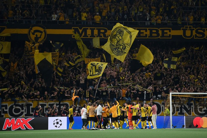 BERN, SWITZERLAND - SEPTEMBER 14: Players of BSC Young Boys celebrate with their fans following their sides victory in the UEFA Champions League group F match between BSC Young Boys and Manchester United at Stadion Wankdorf on September 14, 2021 in Bern, Switzerland. (Photo by Matthias Hangst/Getty Images)
