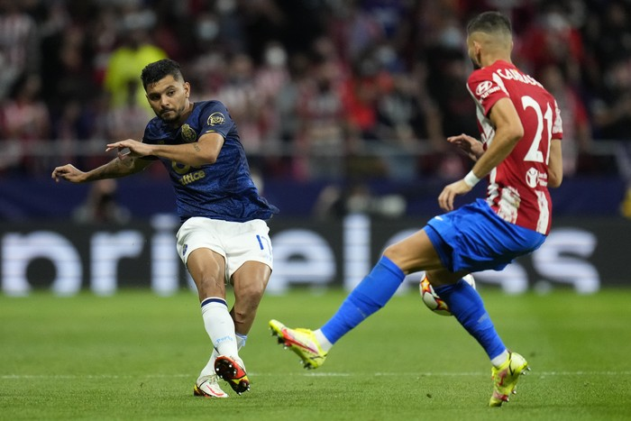 Portos Jesus Corona, left, challenges for the ball with Atletico Madrids Yannick Carrasco during the Champions League Group B soccer match between Atletico Madrid and Porto at Wanda Metropolitano stadium in Madrid, Spain, Wednesday, Sept. 15, 2021. (AP Photo/Manu Fernandez)