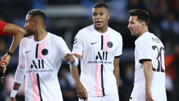 (From L) Paris Saint-Germain's Brazilian forward Neymar, Paris Saint-Germain's French forward Kylian Mbappe and Paris Saint-Germain's Argentinian forward Lionel Messi look on during the UEFA Champions League Group A football match Club Brugge against Paris Saint-Germain (PSG) at Jan Breydel Stadium in Bruges, on September 15, 2021. (Photo by KENZO TRIBOUILLARD / AFP)
