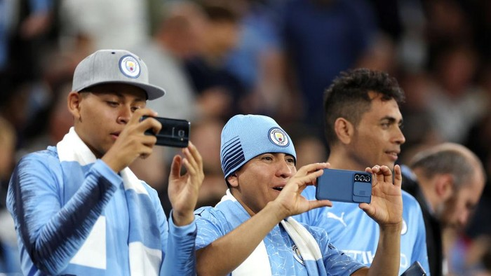 MANCHESTER, ENGLAND - SEPTEMBER 15: Manchester City fans enjoy the pre match atmosphere prior to the UEFA Champions League group A match between Manchester City and RB Leipzig at Etihad Stadium on September 15, 2021 in Manchester, England. (Photo by Richard Heathcote/Getty Images)