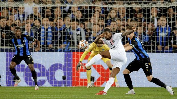 PSG's Georginio Wijnaldum, center, takes a shot on goal during the Champions League Group A soccer match between Club Brugge and PSG at the Jan Breydel stadium in Bruges, Belgium, Wednesday, Sept. 15, 2021. (AP Photo/Olivier Matthys)
