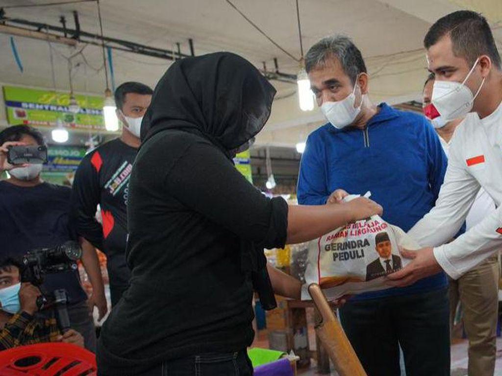 Kader Gerindra Bagikan Sembako ke Pedagang Pasar Terdampak COVID-19