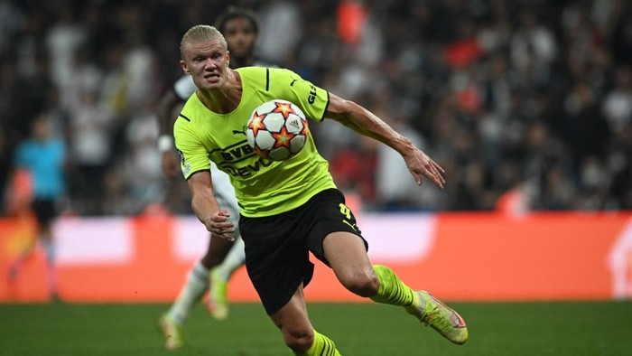 Dortmunds Norwegian forward Erling Haaland controls the ball during the UEFA Champions Leage 1st round Group C football match between Besiktas (TUR) and Borussia Dortmund in Istanbul, on September 15, 2021. (Photo by OZAN KOSE / AFP)