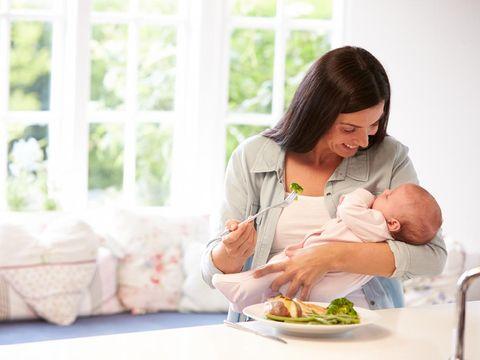 Ilustrasi ibu menyusui makan makanan bervitamin
