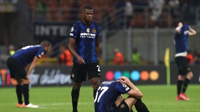 MILAN, ITALY - SEPTEMBER 15: Milan Skriniar of FC Internazionale shows his dejection at the end of the UEFA Champions League group D match between Inter and Real Madrid at Giuseppe Meazza Stadium on September 15, 2021 in Milan, Italy. (Photo by Marco Luzzani/Getty Images)