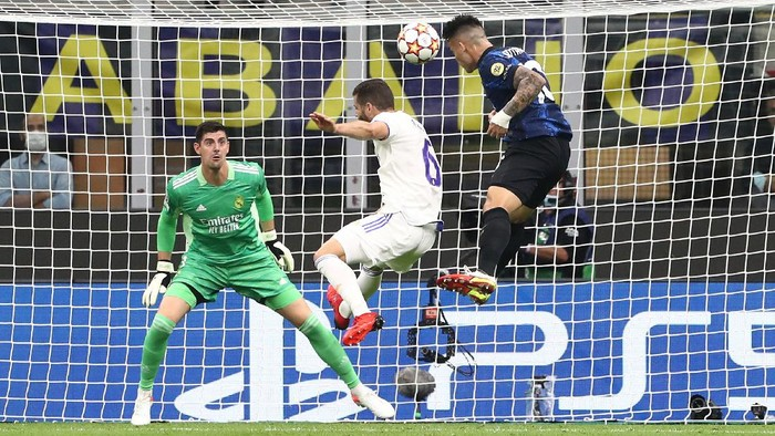 MILAN, ITALY - SEPTEMBER 15: Lautaro Martinez (R) of FC Internazionale misses a chance to score during the UEFA Champions League group D match between Inter and Real Madrid at Giuseppe Meazza Stadium on September 15, 2021 in Milan, Italy. (Photo by Marco Luzzani/Getty Images)