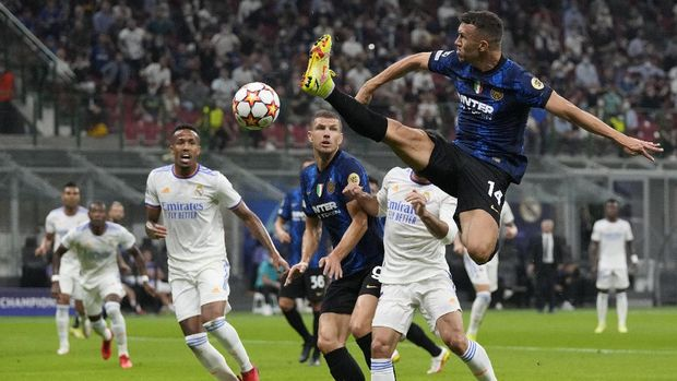Inter Milan's Ivan Perisic jumps for the ball during the Champions League group D soccer match between Inter Milan and Real Madrid at the San Siro stadium in Milan, Italy, Wednesday, Sept. 15, 2021. (AP Photo/Antonio Calanni)